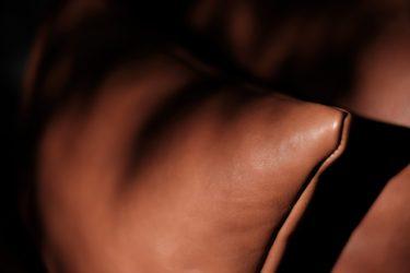 ファブリックソファーのアクセントに最適・ふるさと納税 返礼品にHIDA Leather®クッション・製法にこだわり経年変化を楽しめる希少なトレーサビリティ皮革・サスティナブル・SDGs